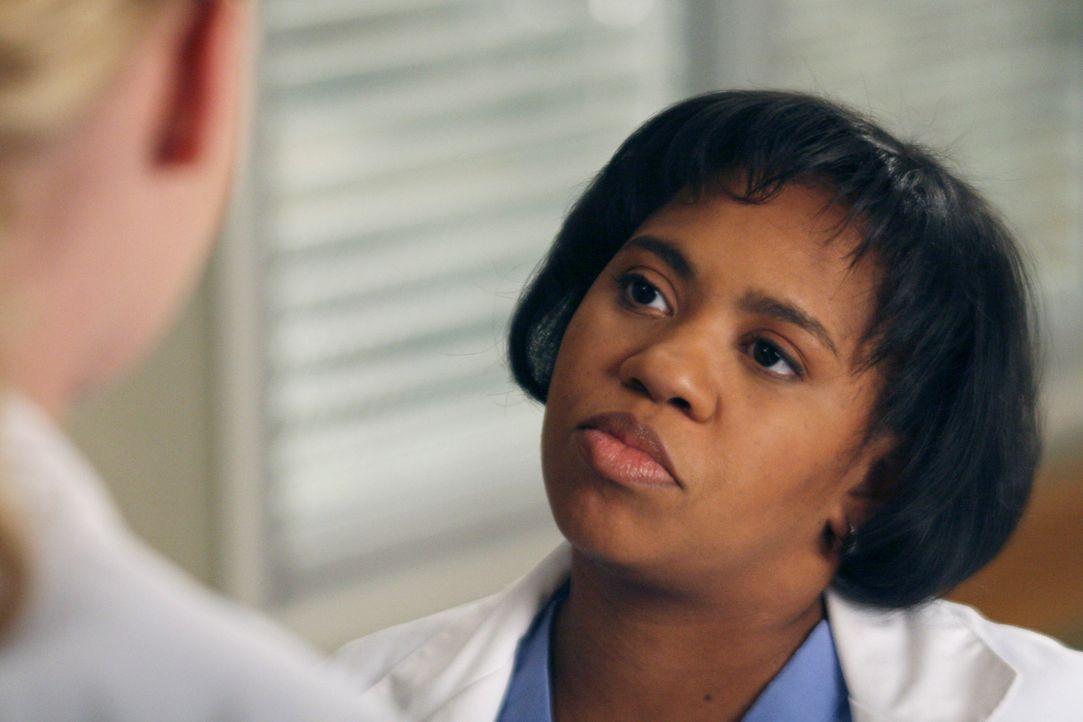Bailey (Chandra Wilson) merkt, dass Izzie noch immer zu sehr an ihren Patienten hängt und lässt sie deshalb noch nicht bei einer OP assistieren ... - Bildquelle: Touchstone Television