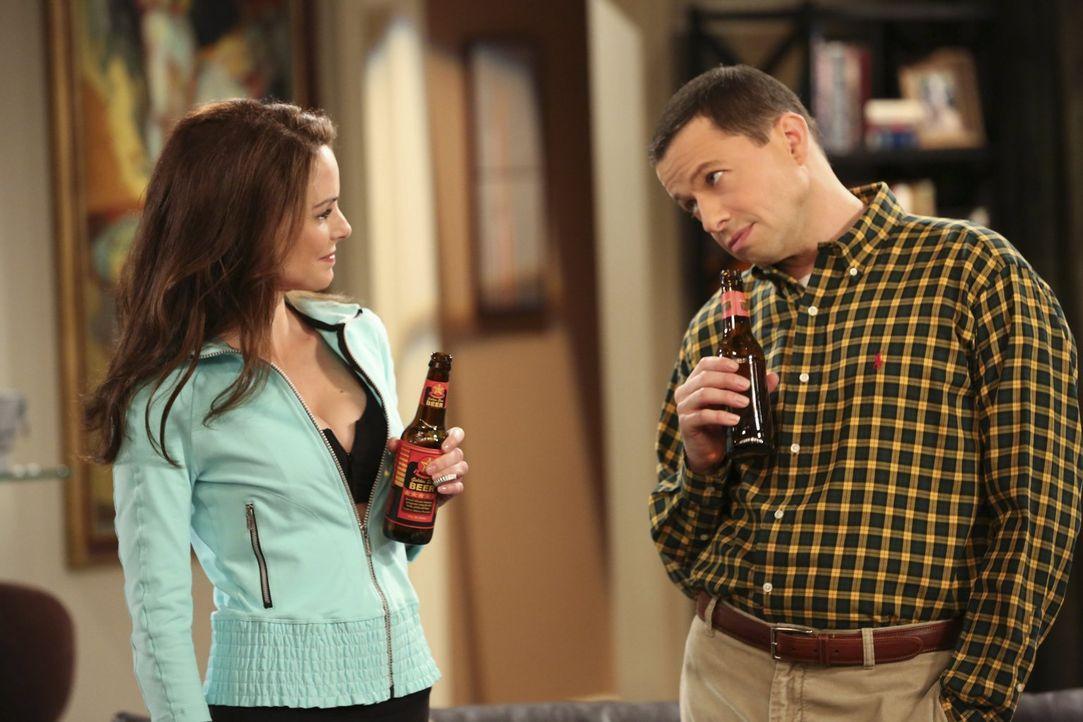 Larry Schwester Gretchen (Kimberly Williams-Paisley, l.) taucht unerwartet auf und Alan (Jon Cryer, r.) ist ziemlich beeindruckt von ihr ... - Bildquelle: Warner Brothers Entertainment Inc.