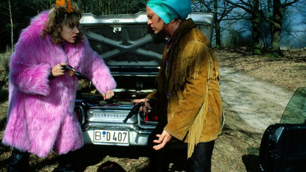 Die Entführung geht für Susi (Anica Dobra, l.) und Tom (Uwe Ochsenknecht, r.)...