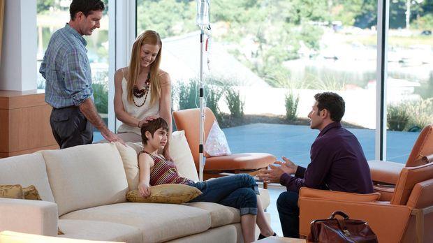 Natalies (Sami Gayle, 2.v.l.) Eltern (Paul Fitzgerald, l. und Arija Bareikis,...