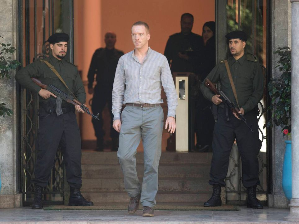 Brody (Damian Lewis, M.) konnte seine Mission im letzten Moment erfüllen und tötete Akbari. Nun soll er zurück in die USA geschmuggelt werden. Doch... - Bildquelle: 2013 Twentieth Century Fox Film Corporation. All rights reserved.