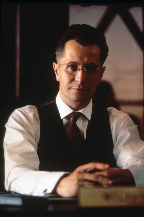 Noch glaubt der sadistische Gefängnisleiter Milton Glenn (Gary Oldman), gute Chancen vor Gericht zu haben ... - Bildquelle: Warner Bros.