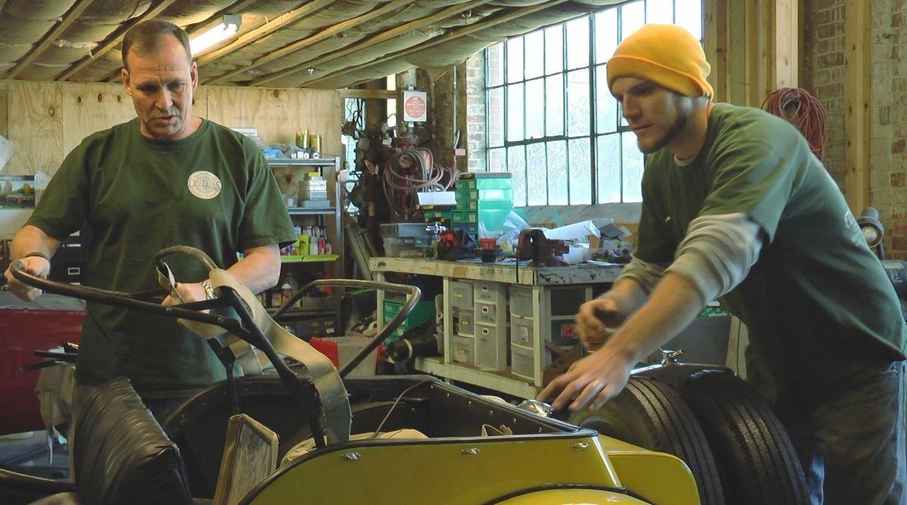 Werkstattprofis bei der Arbeit: Dan (l.) und Spencer (r.) verpassen einem 1953er Morgan ein neues zurückklappbares Dach ... - Bildquelle: New Dominion Pictures LLC.