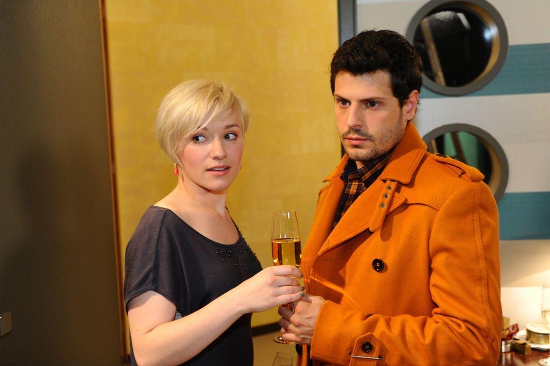 Nina und Luca (Manuel Cortez, r.) treffen bei Olivias (Kasia Borek, l.) Party aufeinander. Dort wird Luca offen von Olivia auf die Probleme mit Nina... - Bildquelle: SAT.1