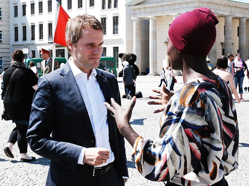 Nikeata Thompson (r.) konfrontiert Daniel Bahr (l.) mit den Fragen, Sorgen und Wünschen der Zuschauer. - Bildquelle: Uwe von Grafenstein ProSieben