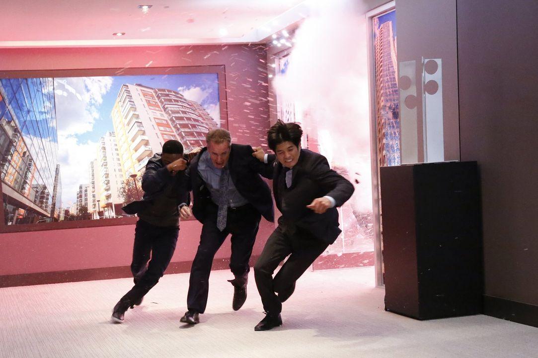 Carter (Justin Hires, l.) und Lee (Jon Foo, r.) schaffen es noch rechtzeitig, Hugo Kreig (David Shatraw, M.) zu retten, bevor erneut eine Bombe hoch... - Bildquelle: Warner Brothers