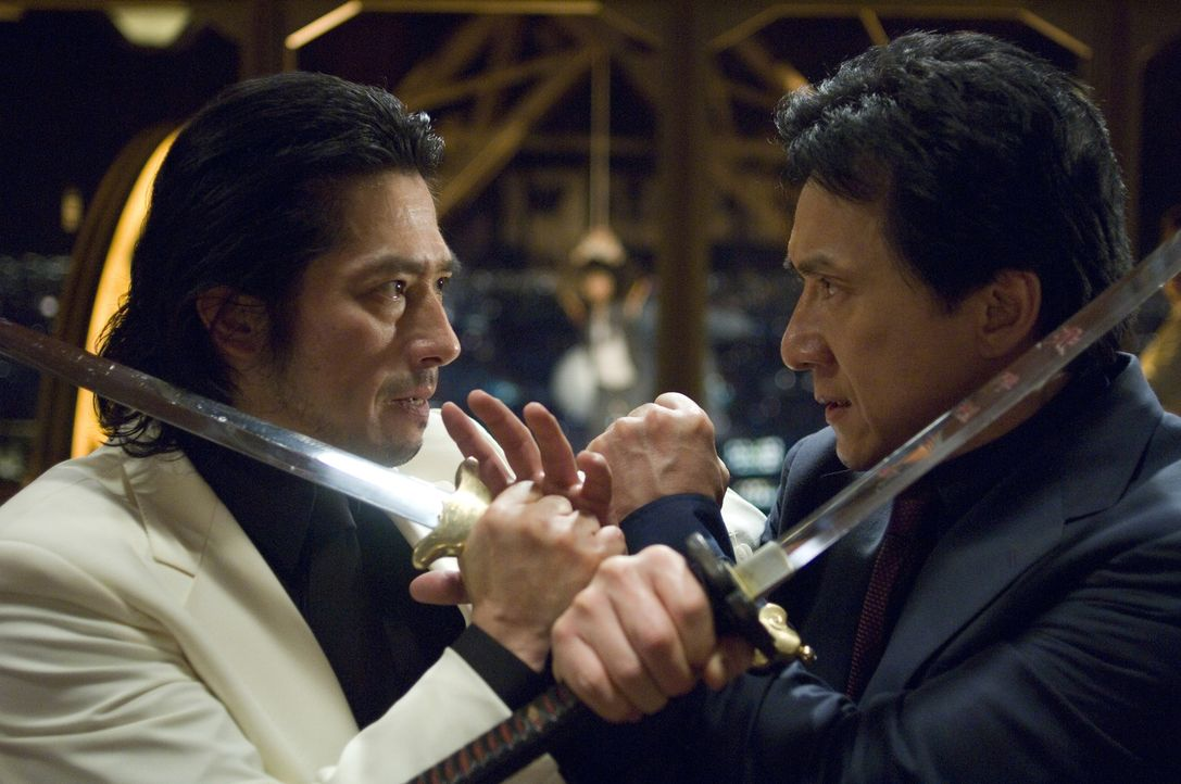 Zwischen Inspector Lee (Jackie Chan, r.) und dem eiskalten Triaden-Boss Kenji (Hiroyuki Sanada, l.) entbrennt ein Kampf auf Leben und Tode ... - Bildquelle: Warner Bros.