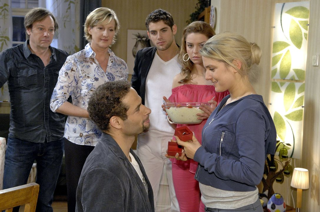 Anna ist glücklich, als Jannick sie mit einem Verlobungsring überrascht. v.l.n.r.: Armin (Rainer Will), Susanne (Heike Jonca), Jannick (Mike Adler),... - Bildquelle: Claudius Pflug Sat.1