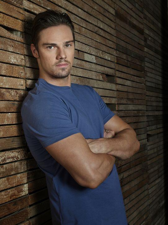 (2. Staffel) - Tritt als Beschützer der Schwachen auf, wird aber wegen seines Aussehens als Bösewicht wahrgenommen: Dr. Vincent Keller (Jay Ryan) ..... - Bildquelle: 2013 The CW Network, LLC. All rights reserved.