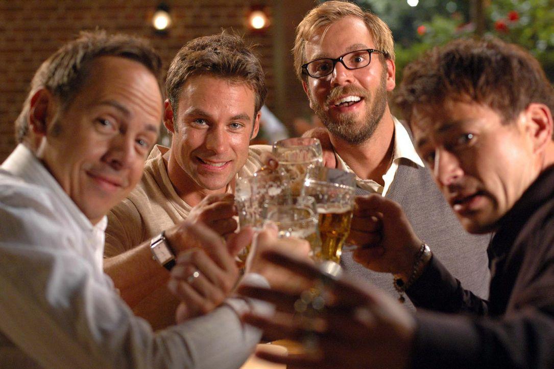 Das nennt man wahre Freundschaft! Ulf (Moritz Lindbergh, l.), Stefan (Dominic Boeer, 2.v.r.) und Karl (Jan Sosniok, r.) helfen Adam (Marco Girnth, 2... - Bildquelle: Stefan Erhard Pro Sieben