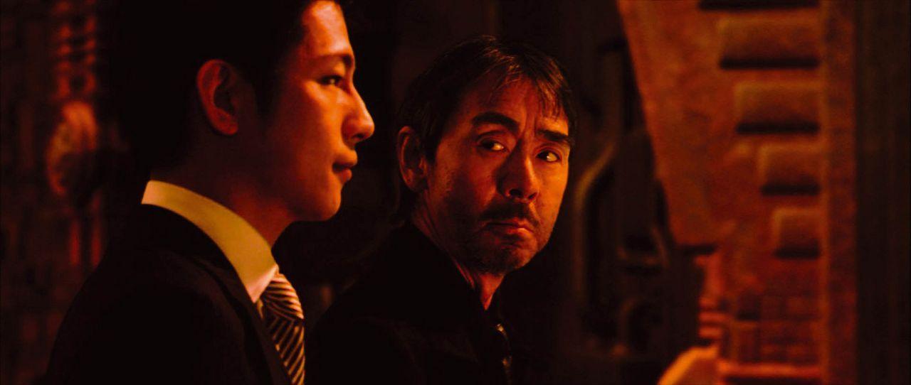 Seuchen und Mutationen läuten das unvermeidliche Ende der Menschheit ein. Der Wissenschaftler Dr. Azuma (Akira Terao, r.) arbeitet an einer Lösung... - Bildquelle: 2004 Casshern Film Partners