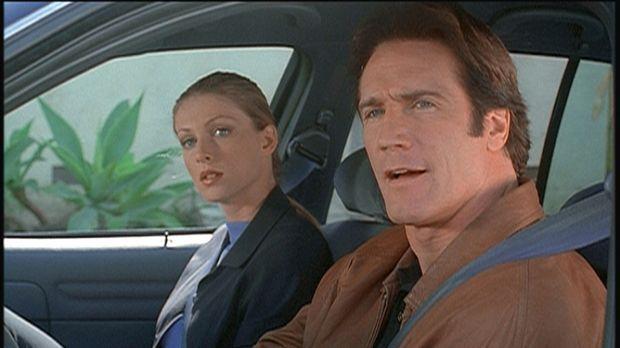 Steve (Barry Van Dyke, r.) und seine Kollegin Hannah observieren einen des Mo...