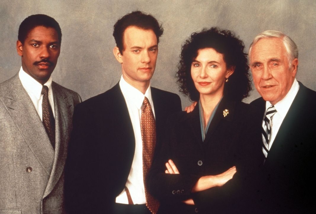 Prozessgegner vor Gericht: Rechtsanwalt Joe Miller (Denzel Washington, l.) verteidigt Andrew Beckett (Tom Hanks, 2.v.l.) gegen Belinda Conine (Mary... - Bildquelle: Columbia Pictures