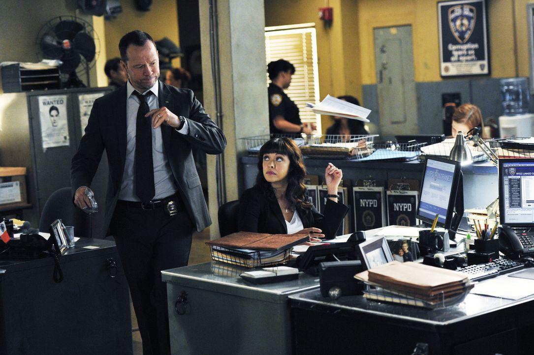 Cop Reagan (Donnie Wahlberg, l.) und seine Partnerin Baez (Marisa Ramirez, r.) stecken mitten in den Ermittlungen in einem Fall häuslicher Gewalt. I... - Bildquelle: John Paul Filo 2014 CBS Broadcasting Inc. All Rights Reserved.