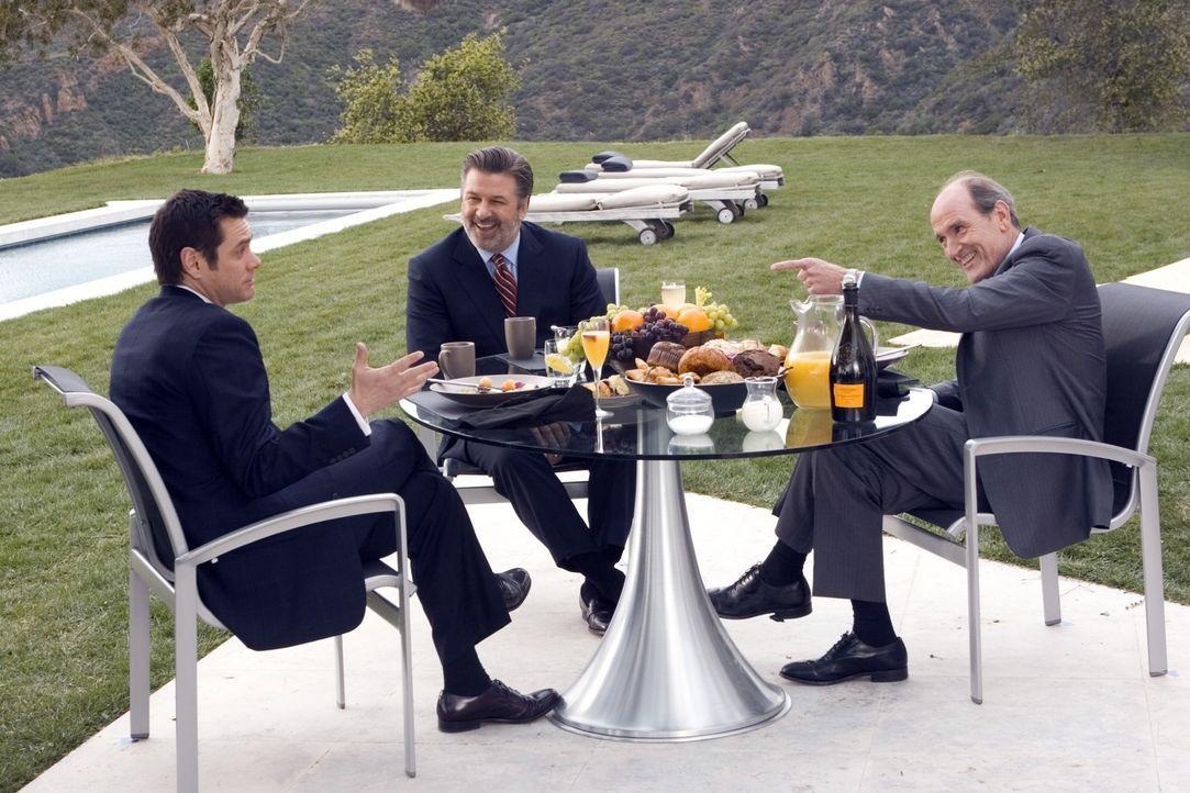 Noch glaubt Dick (Jim Carrey, l.), das große Los gezogen zu haben, als Konzern-Chef Jack (Alec Baldwin, M.) und dessen rechte Hand Frank Buscombe (R... - Bildquelle: Sony Pictures Television International. All Rights Reserved.