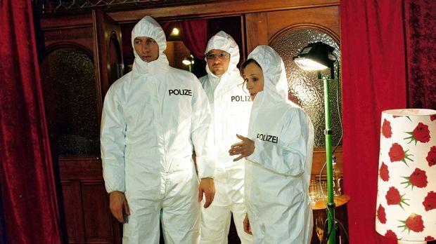 Inspektor Rolle (Rufus Beck, l.), Orkan Örsey (Aykut Kayacik, M.) und Dr. Eli...