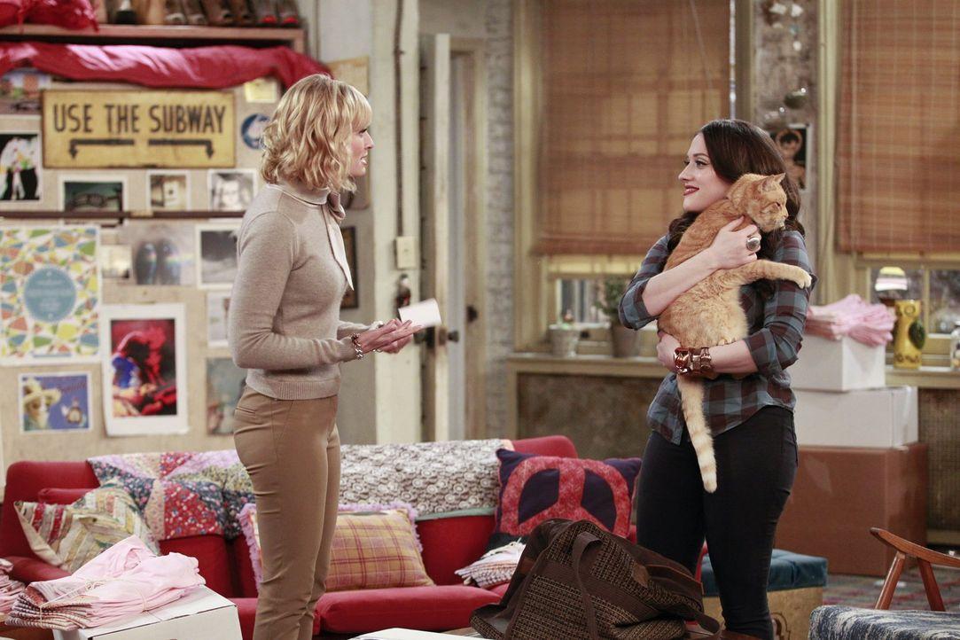 Während sich Max (Kat Dennings, r.) über die Rückkehr der Katze freut, findet Caroline (Beth Behrs, l.) vor allem Gefallen an dem Retter ... - Bildquelle: Warner Bros. Television
