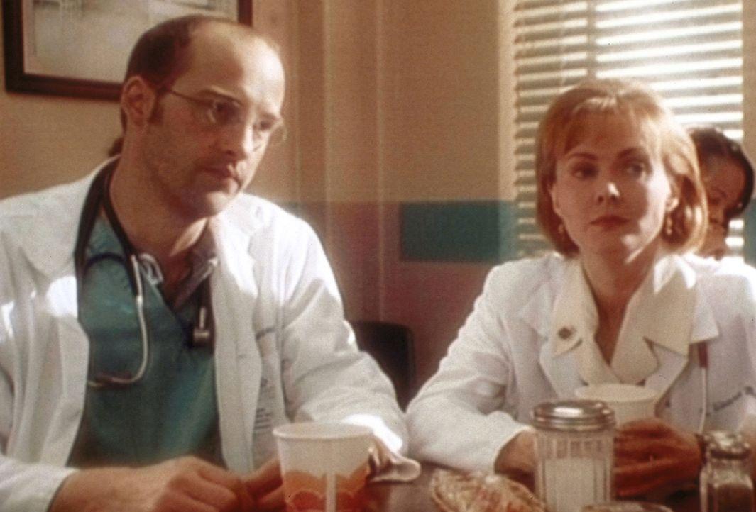 Dr. Greene (Anthony Edwards, l.) und Weaver (Laura Innes, r.) erörtern die Möglichkeit, Dr. Lewis als neue Oberärztin vorzuschlagen. - Bildquelle: TM+  WARNER BROS.