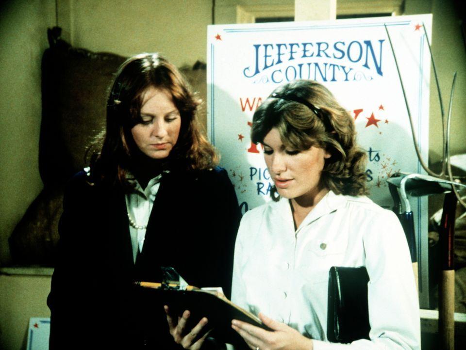 Mary Ellen (Judy Norton-Taylor, r.) und Erin (Mary Beth McDonough, l.) wollen als einzige Frauen an einem Pferderennen teilnehmen. - Bildquelle: WARNER BROS. INTERNATIONAL TELEVISION