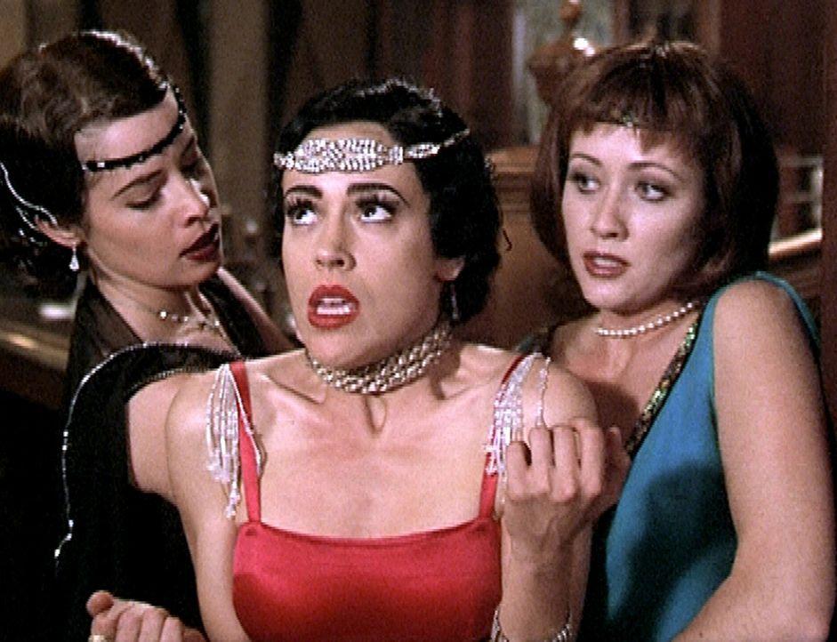 Phoebe (Alyssa Milano, M.) ist mit Hilfe eines Zauberspruchs in ein früheres Leben zurückgekehrt. Entsetzt muß sie feststellen, daß Piper (Holly... - Bildquelle: Paramount Pictures