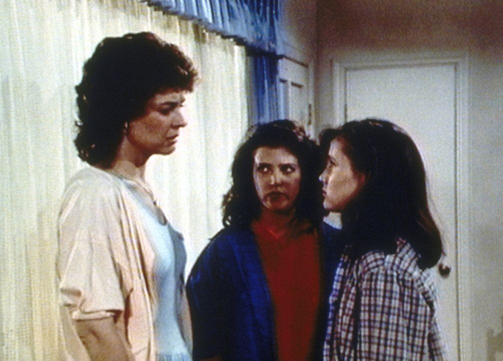 Carol (Linda G. Miller, l.) hat Schuldgefühle gegenüber ihren Töchtern Heather (Leslie Bega, M.) und Shelley (Shannen Doherty, r.). - Bildquelle: Worldvision Enterprises, Inc.