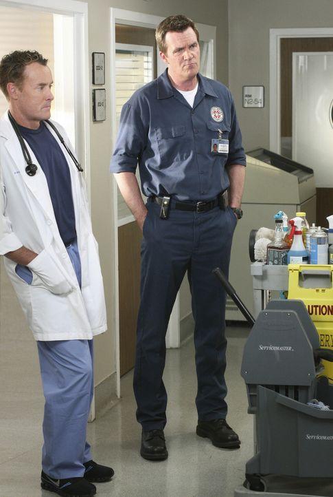 Harter Arbeitstag: Dr. Cox (John C. McGingley, l.) und der Hausmeister (Neil Flynn, r.) - Bildquelle: Touchstone Television