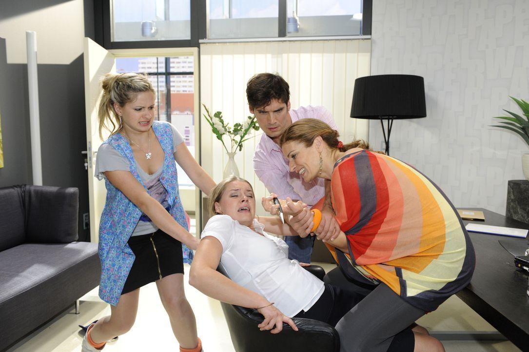 Als Mia (Josephine Schmidt, r.) mitbekommt, dass Natascha (Franziska Matthus, r.) Katja (Karolina Lodygam 2.v.l.) bedroht, holt sie Alexander (Paul... - Bildquelle: Sat.1