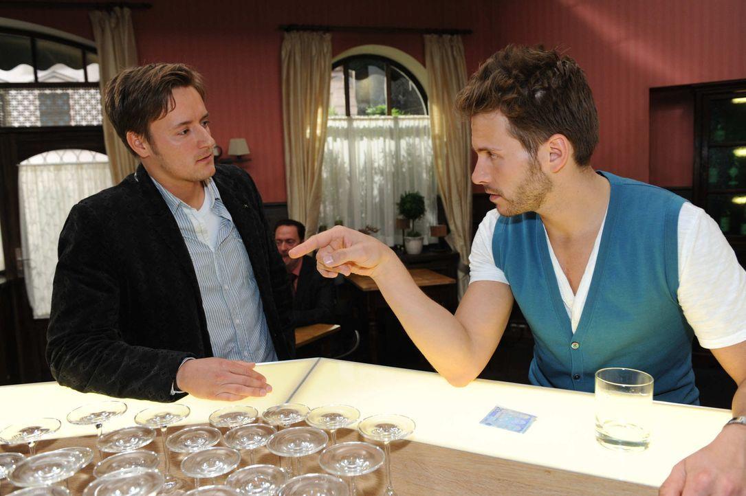 "Enrique (Jacob Weigert, r.) trinkt sich Mut an, um zu Toni zu ""transformieren"". - Bildquelle: SAT.1"