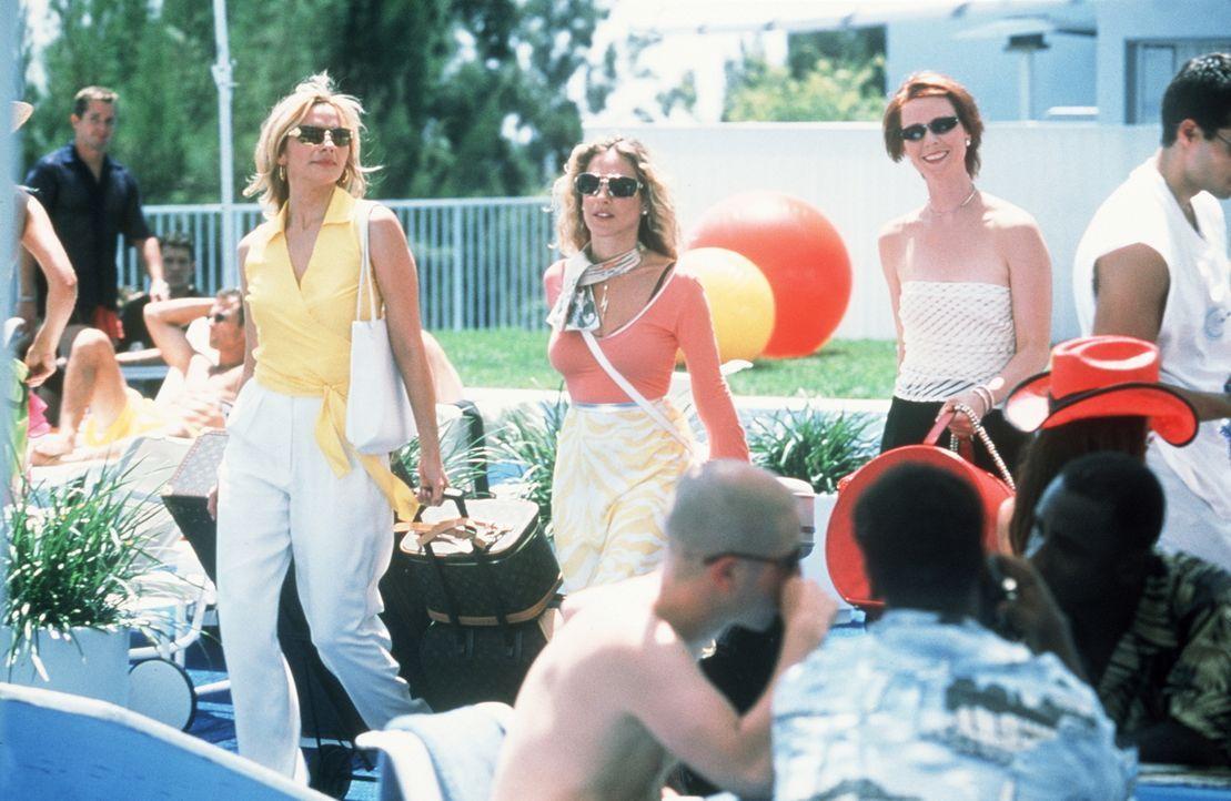 Miranda (Cynthia Nixon, r.), Carrie (Sarah Jessica Parker, M.) und Sam (Kim Cattrall, l.) verbringen einige Tage in L. A. Dort interessiert sich ein... - Bildquelle: Paramount Pictures