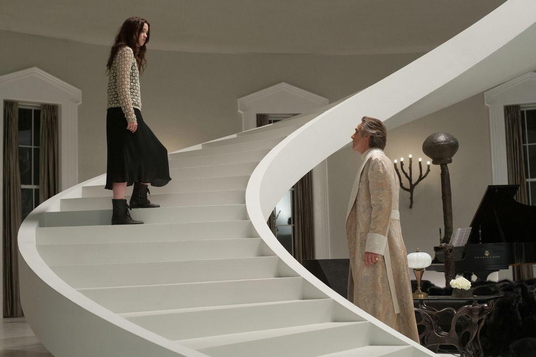 Noch kann Lena (Alice Englert, l.) die Sorgen ihres Onkels Macon Ravenwood (Jeremy Irons, r.) nicht verstehen. Doch dann erzählt ihr dieser von eine... - Bildquelle: 2013 Concorde Filmverleih GmbH