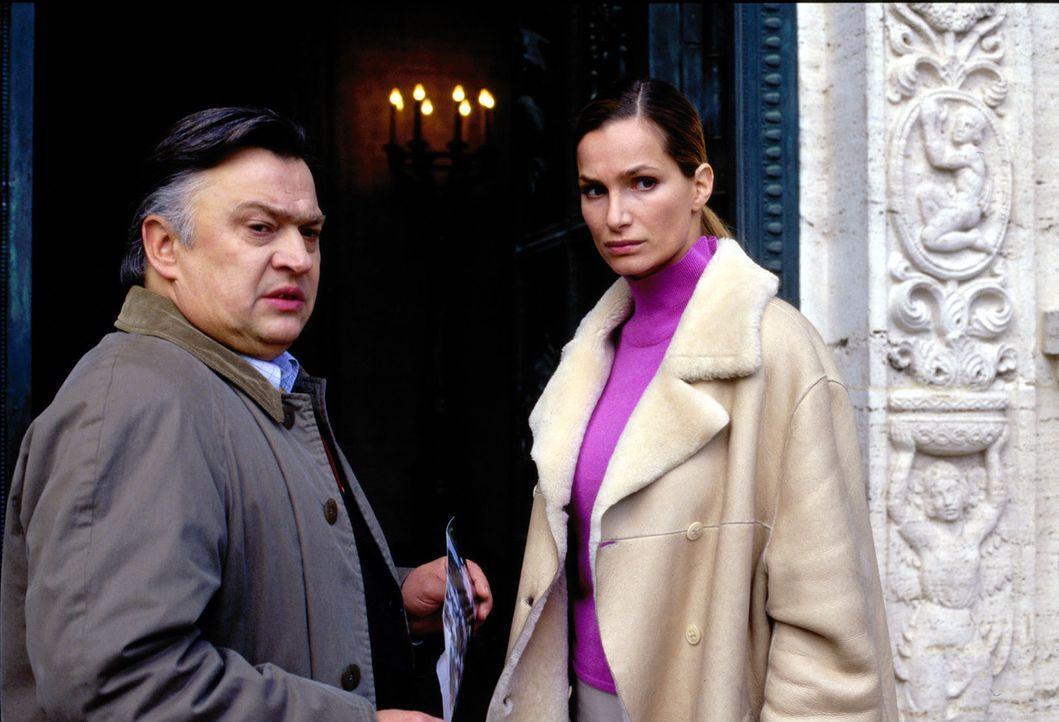 Antonias (Alexandra Kamp, r.) Freund, der Reporter Walz (Bernd Stegemann, l.), hat herausgefunden, wer ein Interesse am Tod von Leonardt gehabt habe... - Bildquelle: Thomas Böhme Sat.1