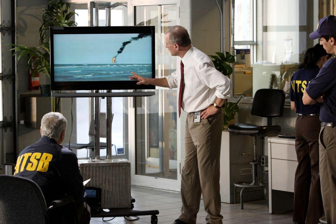 Auf Spurensuche: Ermittler Bill English (Peter James Haworth, M.) und sein Team rekonstruieren den Absturz des Chalk's Ocean Airways Flug 101. Nach... - Bildquelle: Ian Watson Cineflix 2009