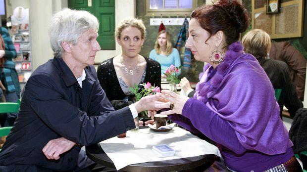 Maja (Barbara Lanz, M.) hält nichts davon, dass Robert (Mathieu Carrière, l.)...