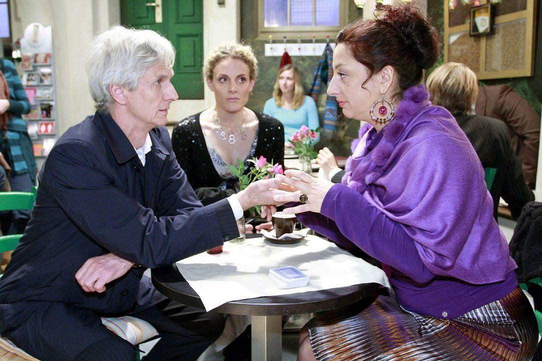 Maja (Barbara Lanz, M.) hält nichts davon, dass Robert (Mathieu Carrière, l.) sich von Consuela (Lucia Stefanel, r.) aus der Hand lesen lässt ... - Bildquelle: Noreen Flynn Sat.1