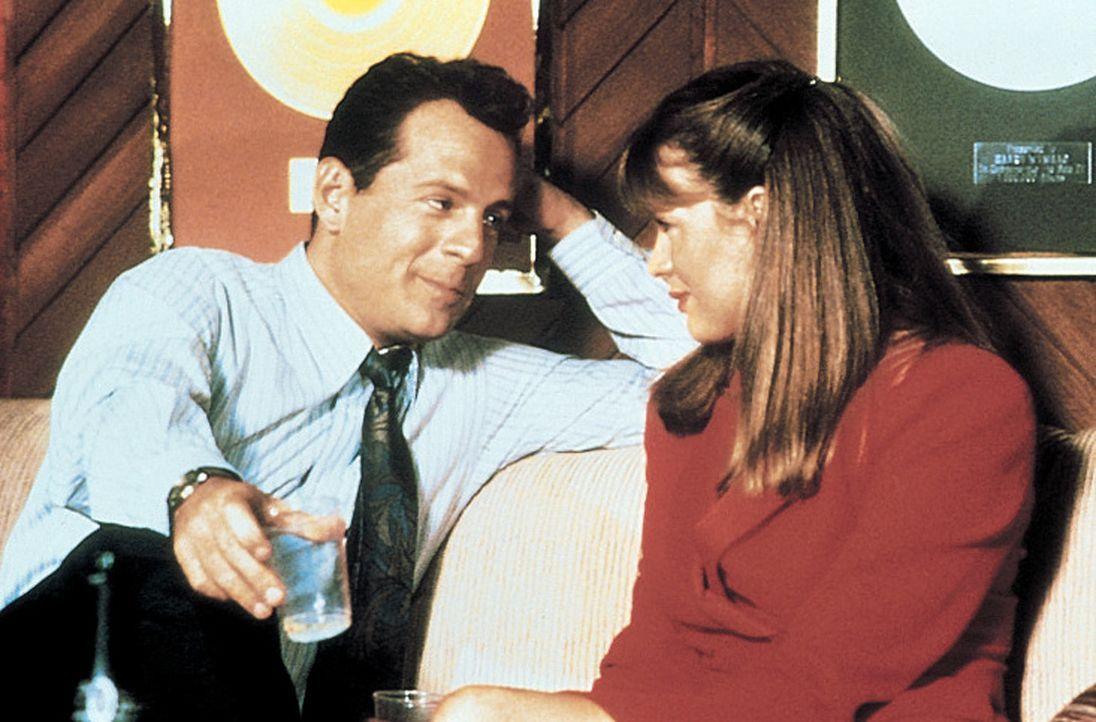 """Walter (Bruce Willis, l.), ein beruflich erfolgreicher Single, sucht für ein wichtiges Geschäftsessen eine """"Vorzeigefrau"""". Sein Bruder vermittelt... - Bildquelle: TriStar Pictures"""