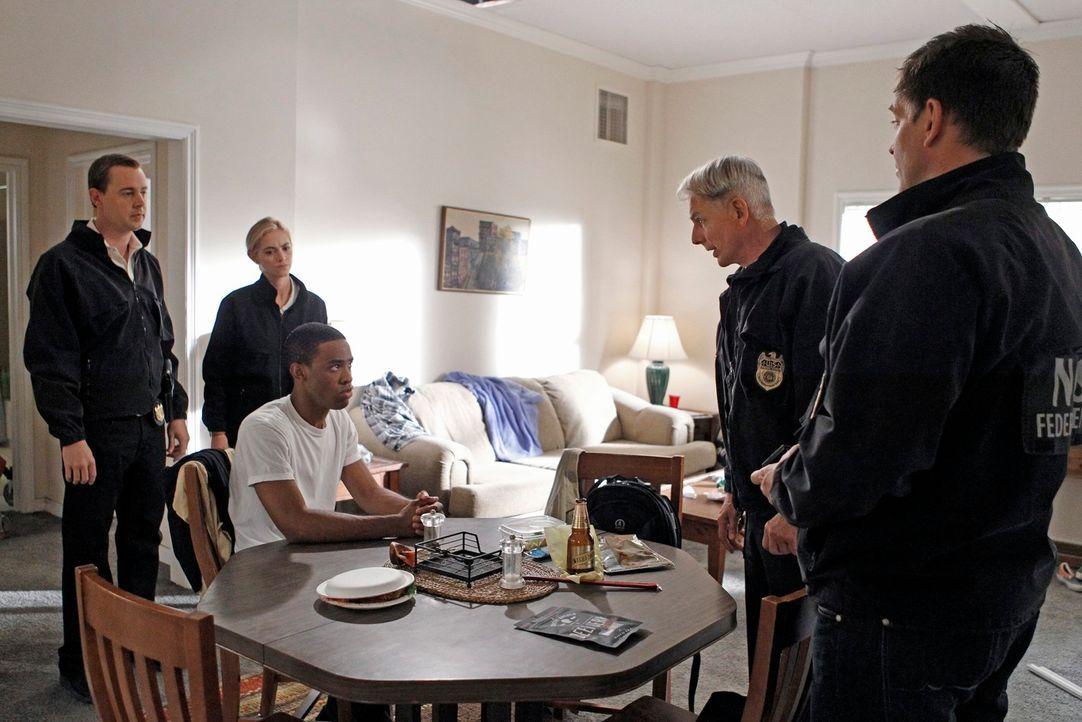 Was weiß Leutnant Burke (Titus Makin Jr., 3.v.l.) über den Mord an einem Marineoffizier? McGee (Sean Murray, l.), Bishop (Emily Wickersham, 2.v.l.),... - Bildquelle: CBS Television