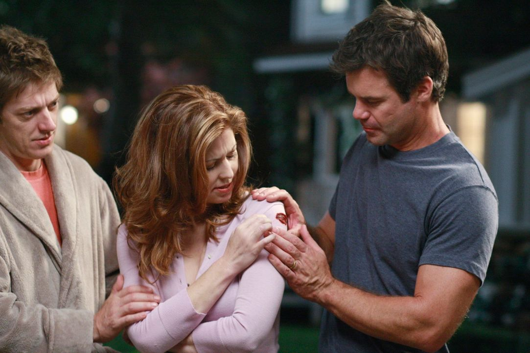 Katherine (Dana Delany, M.) geht mal wieder auf Beobachtungstour und wird dabei für einen Einbrecher gehalten und dabei angeschossen. Bob (Tuc Watki... - Bildquelle: ABC Studios