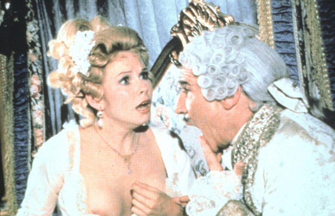 Skandal am Hofe des französischen Königs Louis XVI (Mel Brooks, r.): Mademoiselle Rimbaud (Pamela Stephenson, l.) verlegt den Schlüssel für ihre... - Bildquelle: Brooksfilms Ltd.