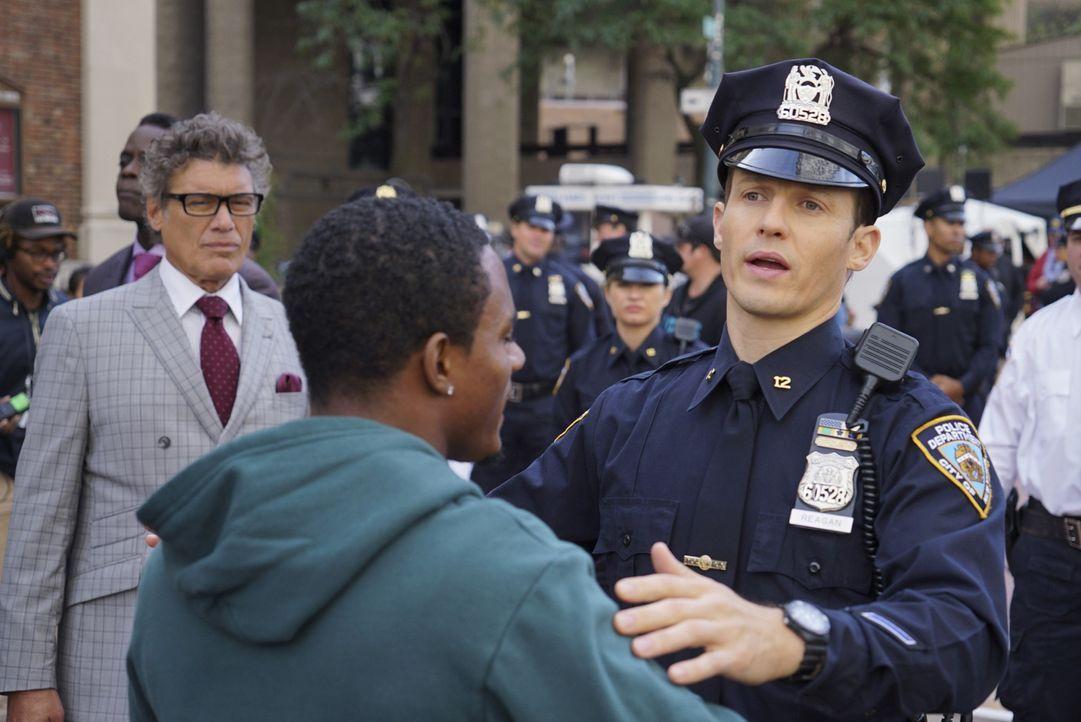 Eine aggressive Demonstration gegen Polizeigewalt: Jamie (Will Estes, M.) versucht, die wildgewordenen Meute in Schach zu halten, vergebens ... - Bildquelle: 2015 CBS Broadcasting Inc. All Rights Reserved.