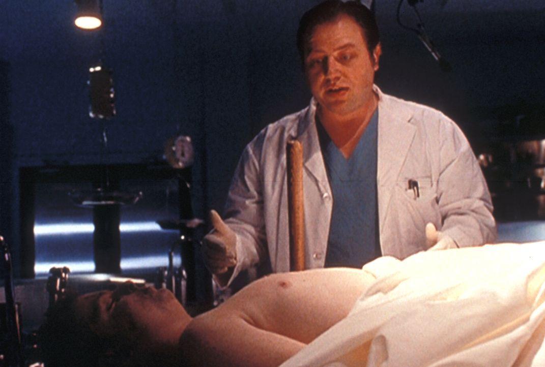 Kurz nachdem der Gerichtsmediziner (Brent Butt, r.) den Pfahl aus dem Herzen des toten Ronnie gezogen hat, erwacht dieser zu neuem Leben. - Bildquelle: TM +   2000 Twentieth Century Fox Film Corporation. All Rights Reserved.
