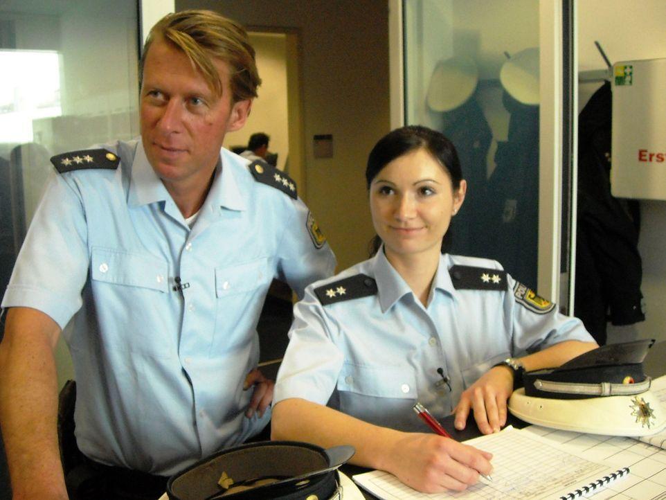 Gefälschte Reisepässe erkennen, Asylbewerber befragen, Verhaftungen durchführen: Am Flughafen München sorgen die Bundespolizisten Lothar R. (l.)... - Bildquelle: kabel eins