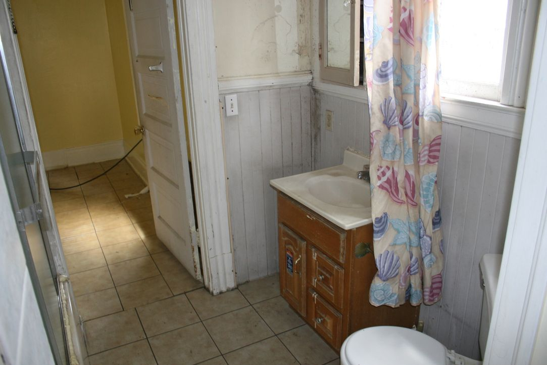 Der ungünstige Schnitt des kleinen Badezimmers bereitet Tarek und Christina Kopfzerbrechen ... - Bildquelle: 2015,HGTV/Scripps Networks, LLC. All Rights Reserved