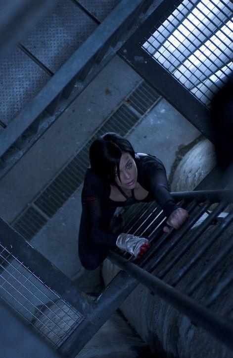 Es gelingt Aeon Flux (Charlize Theron), die zahlreichen Fallen und Schutzvorkehrungen, die das Regierungsviertel schützen sollen, zu überwinden. Doc... - Bildquelle: 2004 by PARAMOUNT PICTURES. All Rights Reserved.