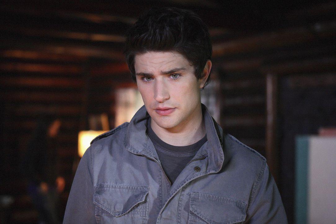 Fassungslos und verwirrt: Kyle (Matt Dallas) versteht nicht, warum sich Adam Baylin in dem verlassenen Haus befindet. Noch dazu liegt sein genetisch... - Bildquelle: TOUCHSTONE TELEVISION