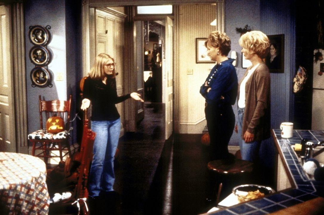 Sabrina (Melissa Joan Hart, l.) möchte an Halloween zwar mit ihren Tanten Zelda (Beth Broderick, r.) und Hilda (Caroline Rhea) feiern, aber auch gl... - Bildquelle: Paramount