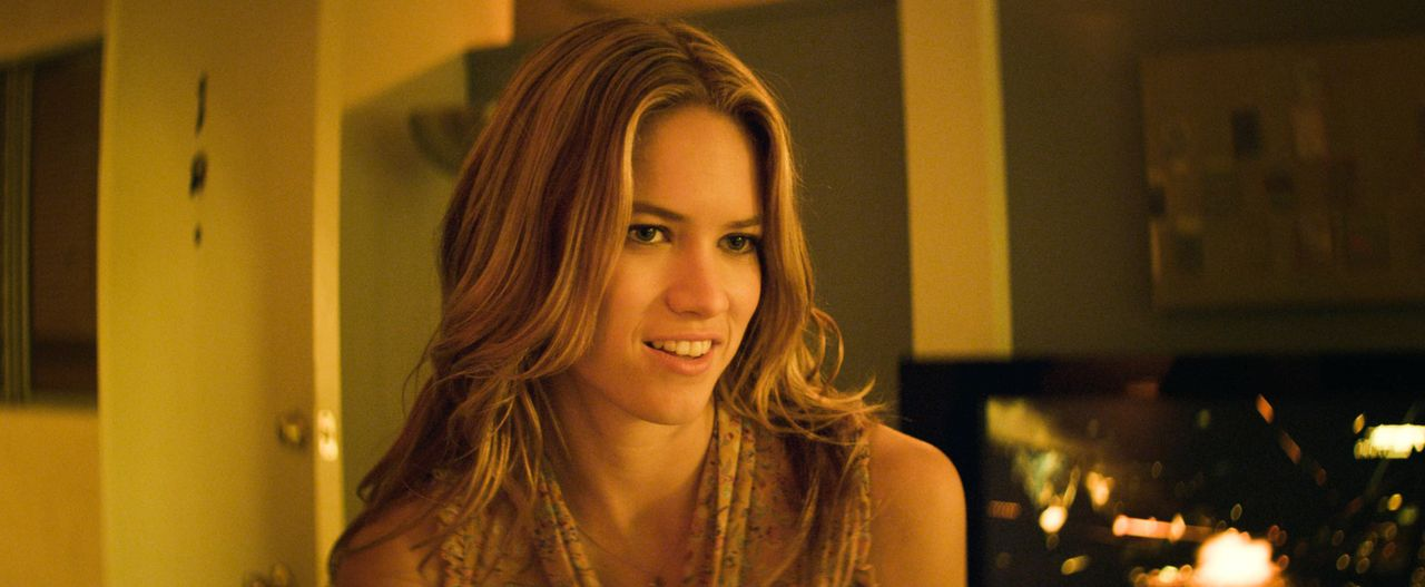 Die attraktive Paige (Cody Horn) ist von der Jobwahl ihres Bruders wenig begeistert, und auch Mikes Annäherungsversuche lassen sie zunächst kalt ... - Bildquelle: 2012 The Estate of Redmond Barry LLC. All rights reserved