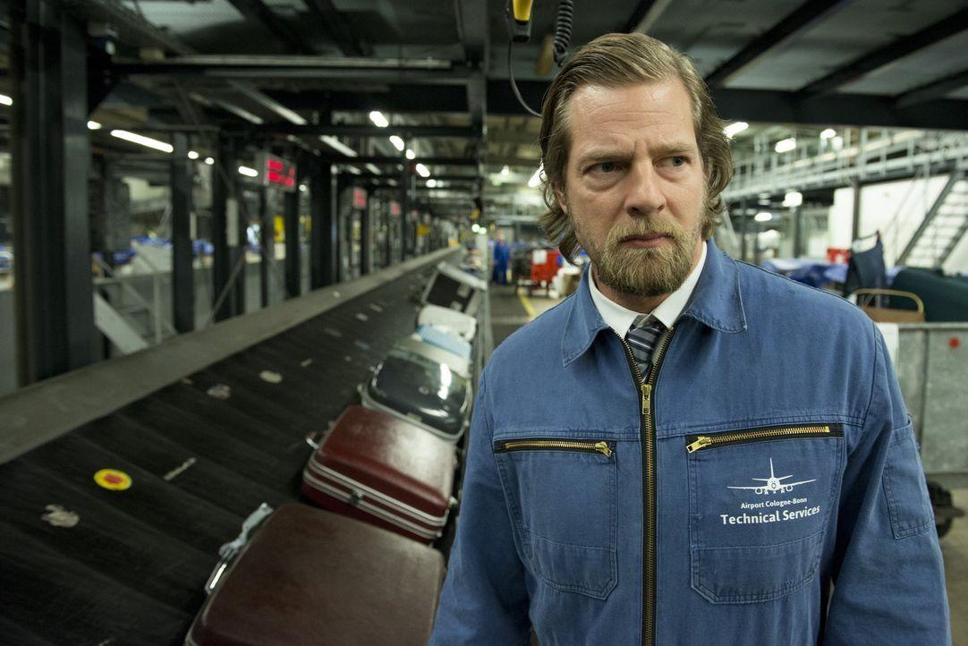 Wird als gefährlicher und bewaffneter Mörder zur Fahndung ausgeschrieben: Mick (Henning Baum) auf der Flucht ... - Bildquelle: Martin Rottenkolber SAT.1