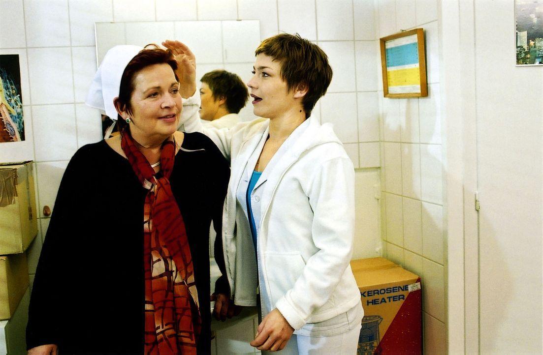 Stephanie (Claudia Schmutzler, r.) versucht Klara (Walfriede Schmitt, l.) etwas aufzuheitern, da diese von Prof. Friedländer vor die Alternative Alt... - Bildquelle: Monika Schürle Sat.1
