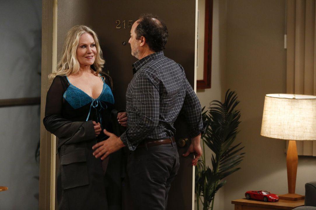 Lorraine (Beverly D'Angelo, l.) zerstört den romantischen Abend von Bonnie und Alvin (Kevin Pollak, r.) ... - Bildquelle: Warner Bros. Television