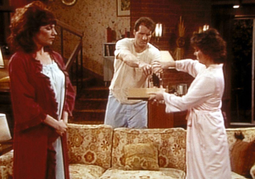 Nachdem Al (Ed O'Neill, M.) den Wachhund erschossen hat, drängen Peggy (Katey Sagal, l.) und Marcy (Amanda Bearse, r.) darauf, dass er seine Waffe... - Bildquelle: Columbia Pictures